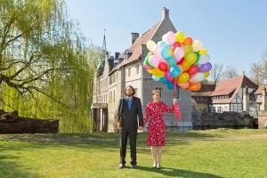 Vor dem Schloss Senden: Das Künstlerpaar Scheibe & Güntzel mit Saatgut gefüllten Ballons Bild: Ralf Emmerich